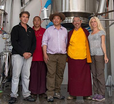 Das Team von Anastore und vom Labor Hévéa mit den Gründern der Krankenstation von Dzongsar.